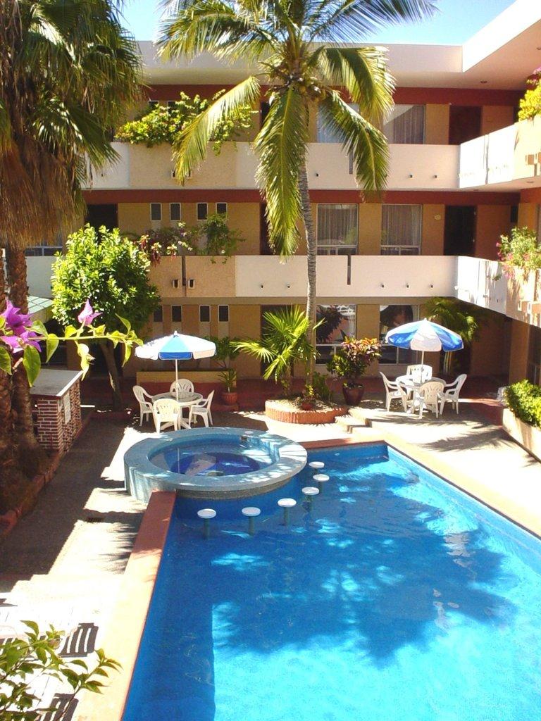 Vista interior del hotel Azteca Inn en Mazatlán